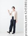 ธุรกิจหญิงพื้นหลังสีขาว 42459801