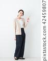 ธุรกิจหญิงพื้นหลังสีขาว 42459807