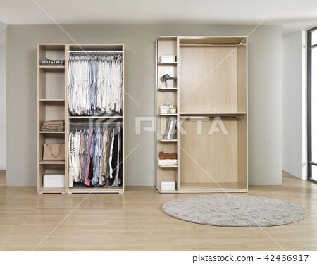 드레싱 룸에 대 한 다른 옷을 가진 큰 옷장. 옷장 본체 및 선반 디자인의 내부 구조. 42466917
