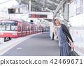 รอรถไฟเดินทางอาวุโสหญิงชนชั้น 42469671