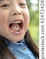 장난꾸러기 어린이 입속에 아이스크림이 있다 42472426