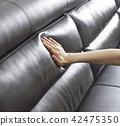 接觸軟的沙發的手 42475350