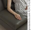 接觸軟的沙發的手 42475428