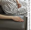 接觸軟的沙發的手 42475429