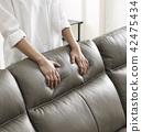接觸軟的沙發的手 42475434