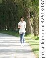 달리기하는 여성 42513087