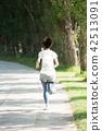 달리기하는 여성 42513091