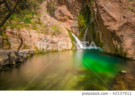 A small picturesque mountin pond 42537912
