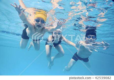 孩子們喜歡游泳 42539082