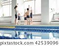 游泳教練和孩子 42539096