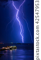 閃電拴在大海和豪華乘客垂直構成 42547953