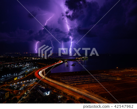 閃電落在海面上 42547962