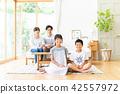 ครอบครัว,ห้องนั่งเล่น,ยิ้ม 42557972