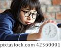 成熟的女人 一個年輕成年女性 女生 42560001