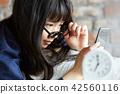 成熟的女人 一個年輕成年女性 女生 42560116