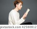 男性外國人肖像閱讀 42560812