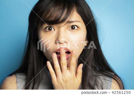 女性肖像面部表情 42561250
