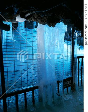 Narusawa ice hole / ice pillar 42571781