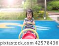 놀이터에서 시소타는 어린이 42578436