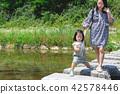 跨步母親和兒童過橋 42578446