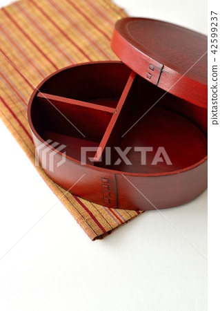 Lacquered lunch box 42599237