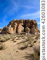 约书亚树国家公园,美国的奇怪的岩石小组垂直的构成 42603083