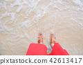 婦女在沙灘上散步 42613417