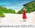一個女人走在通往大海的道路上 42613451