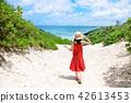 一個女人走在通往大海的道路上 42613453