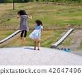 공원의 트램 폴린에서 노는 아이들 42647496