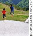 공원의 트램 폴린에서 노는 아이들 42647497