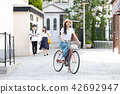 자전거를 타는 젊은 여성 42692947