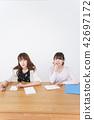 學生 學習 一個年輕成年女性 42697172