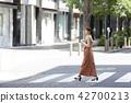 여성 인물 산책 42700213