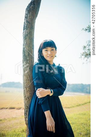 亞洲台灣新竹青青草原女性人像肖像洋裝草原人物模特兒一人 42705356