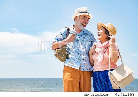 旅行的资深夫妇热带手段 42711168