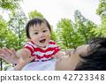 父亲和儿子在公园里玩 42723348