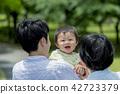 在公園裡玩的三人家庭 42723379