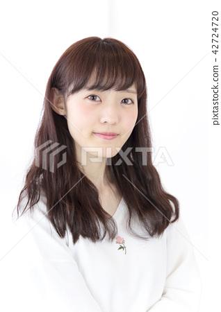 成熟的女人 一個年輕成年女性 女生 42724720
