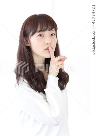 成熟的女人 一個年輕成年女性 女生 42724721