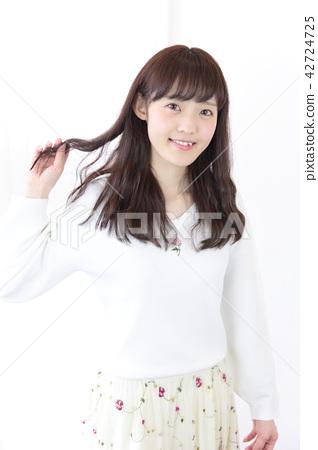 成熟的女人 一個年輕成年女性 女生 42724725