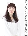 成熟的女人 一個年輕成年女性 女生 42724726
