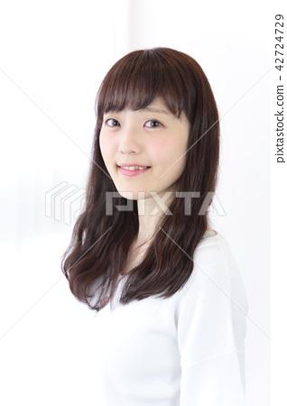 成熟的女人 一個年輕成年女性 女生 42724729
