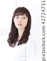 成熟的女人 一個年輕成年女性 女生 42724731