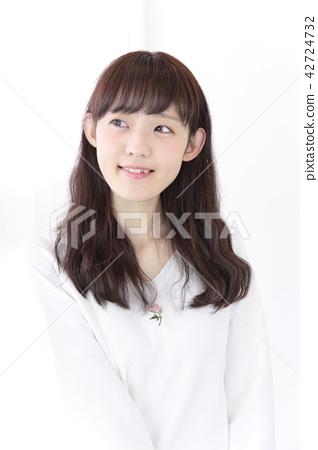 成熟的女人 一個年輕成年女性 女生 42724732