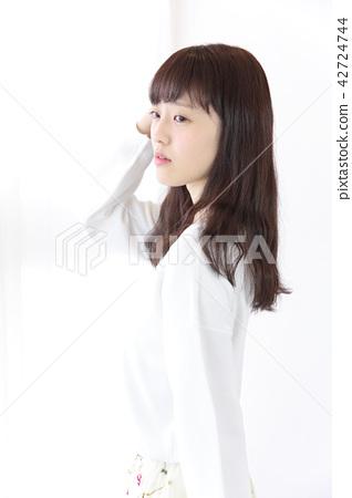 成熟的女人 一個年輕成年女性 女生 42724744