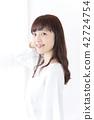 成熟的女人 一個年輕成年女性 女生 42724754