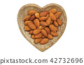 有堅果和杏仁的心形的板材 42732696