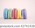핑크 배경에 나열된 마카롱 42741438