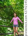 운동으로 단련된 건강미 넘치는 여성 42742145